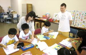 日本人先生が子どもをサポート