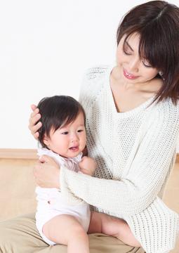 ゆっくりなでてあげると、赤ちゃんが泣き止むのは、なぜ?