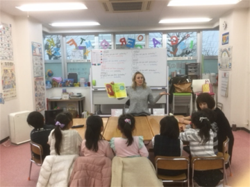キャサリン先生が声を出して読んでくれた、絵本に夢中の子どもたち。